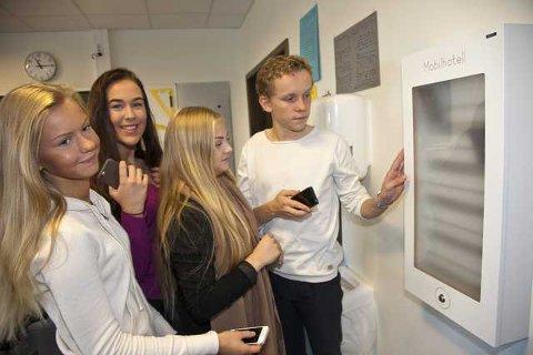 MOBILHOTELL: Elevene Mille Veum (tv) Sandra Fosholm Røen, Juliane Bjelde og Iver Sletten i 10d legger mer enn gjerne mobilen inn i mobilhotellet i klasserommet