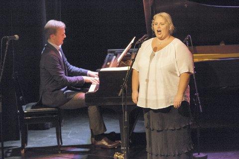 SMEKRE TONER: Thormod Rønning Kvam (klaver) og Lene Baker ble kjent under avskjedsfesten til tidligere Røyken-ordfører Rune Kjølstad i fjor, og søndag ble det gjenforening i Sekkefabrikken.