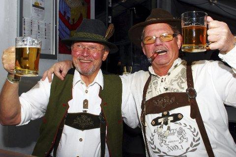 ØLHUNDER: Arild Arntzen og Johnny Wulff Hansen er drevne Oktoberfestere og svinger gladelig på seidelen.