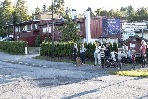 AKSJON: Barn og voksne aksjonerte for å minne bilistene på Katrineåsen i Røyken om at de må holde fartsgrensen i boligstrøket.Foto: Katrineåsen Vel
