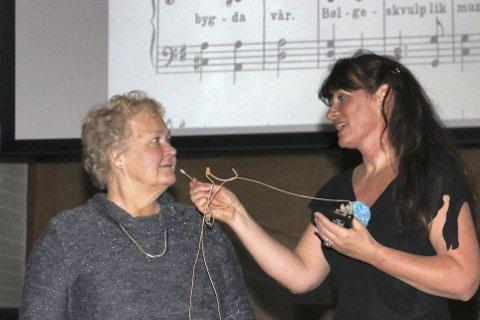 KOMPONISTENS BARNEBARN: Berit Meland trekker komponistens barnebarn Ellen Litangen fram på scenen.