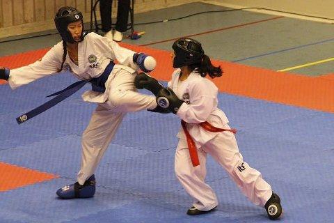 GULL I SPARRING: Nora Lillelien (t.v.) på 16 år tok gull i sin vektklasse i sparring. Det røde beltet er byttet med et blått slik at dommerne lettere kan se at hun er blå utøver.