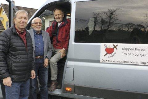 Se så fin: Kjell Ole Nilsen, Brynjulv Tørre og Trond Hansen viser stolt fram Klippens nye buss.