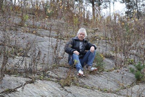 SINT: Rolf «Mulen» Karlsen ville at politikerne skulle ha ventet til kommunen har råd til et fullverdig geologisenter. Her er han fotografert ved fossilene i Slemmestad.Foto: Privat