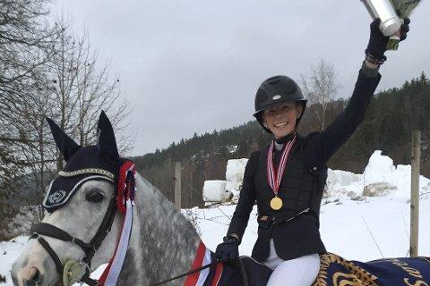 GLAD: Sanne Sørlie (14) fra Filtvet tok gull i innendørs NM sammen med hesten Old Rock Megan.
