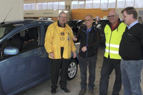Bilvinner: Kåre Kvennejorde (nr. to fra v.), får utdelt nøklene til sin nye El-bil av Sigmund Hole i 2015. Det var sannsynligvis den siste.