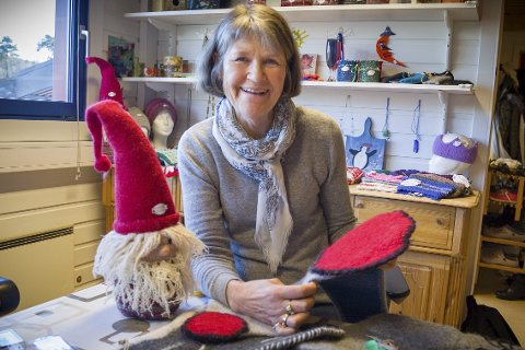 Utsalg: Avdelingsleder Kristi Dahl ved psykisk helse dagsenter kan friste med mange fine julegaver og pynt når de holder Julemarked lørdag.