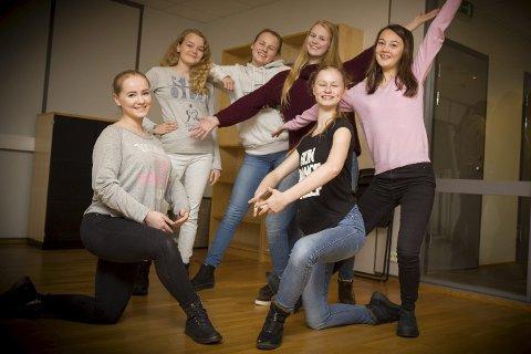 DANSEGLEDE: – Vi prioriterer to ting i hverdagen – skole og dans, sier Heidi Marie, Silje, Hanna, Helene, Camilla, og Ida.