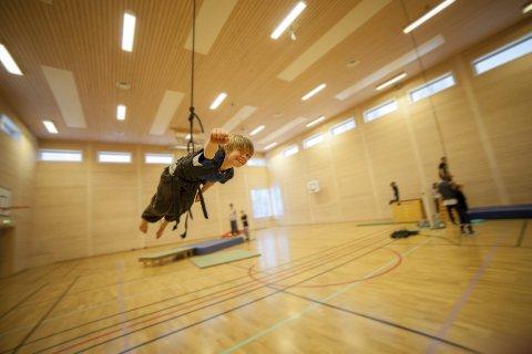 RÅKULT: Torstein Kjæret (9) syntes det først var skummelt, men etter noen hopp var det råkult å kaste seg utenfor å fly som supermann.
