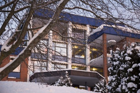 KAN LEIE: Røyken kommune har fått tilbud om å leie leiligheter og rom i det gamle hotellbygget på Midtbygda i Røyken.