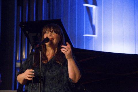 SANGEREN: Solveig Slettahjell synger med innlevelse.