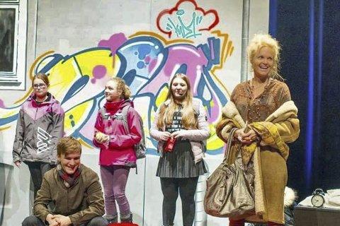 SKUESPILLERNE: Her er nonen av skuespillerne som deltar i forstillingen «Jula varer helt til påske» i Sekkefabrikken.
