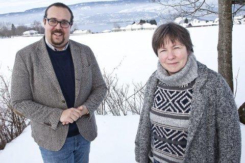 STYRET: Christian Dyresen og Merete Haug er begge Venstre-politikere, men fra torsdag denne uken er de også en del av styret for nystartede Hurum Sjakklubb.