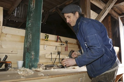 Mye høvling: Å bygge en Holmsbupram er tidkrevende håndarbeid. Svein Wold har flyttet produksjonen fra Tofte til sjøbua i Holmsbu.