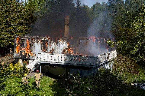 NY ØVELSE: I dag skal nok et hus i Spikkestadveien bli flammenes rov. I mai hadde Røyken brann og redning øvelse i nummer 181, i dag er det Spikkestadveien 175.