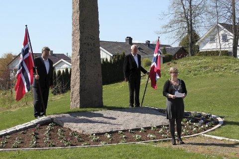 MINNET: Ordfører Eva Norén Eriksen holdt talen for dagen og la ned blomster ved bautaen i Røyken på fredsdagen/veterandagen.