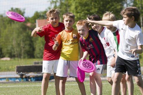 FRISBEE: Ravn Bjørholt, Theodor Isene Imenes, Sindre Beckmann Halvorsen, Igor Bloszyk, Aksel Bruksås. Deividas Kasparavicius kaster.