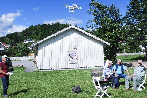 DRONE: Einar Nilsen starter dronen sammen med Arne Karlsen, Guttorm Grundt og Jar Erik Ask.
