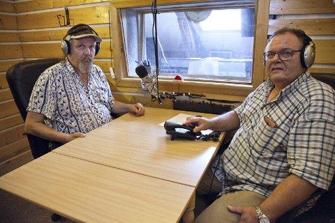 FREMTIDEN: Magne Espeseth (t.v.) og Jarle Steiro har vært i Radio Hurum i over 20 år hver. De mener en kombinasjon av internett og utbygging av FM er framtiden, og ikke satsingen på DAB som regjeringen legger opp til.Foto: Henning A. Jønholdt