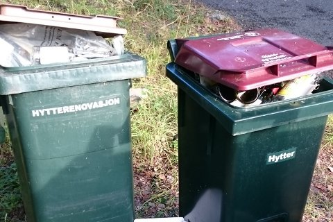 Feil: Marianne Holen i RfD sier de ikke har slike beholdere i RfD til hytter. Disse beholderne er for husholdningsrenovasjon.