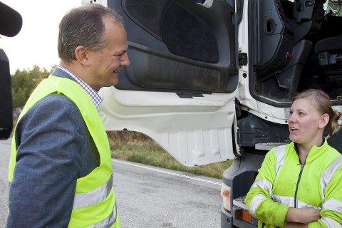 GRATIS: Tidligere i år møtte samferdselsminister Ketil Solvik-Olsen yrkessjåfør Veronika Knutsen da bompengeinnkrevingen opphørte. Nå vurderer han ny fjordforbindelse.
