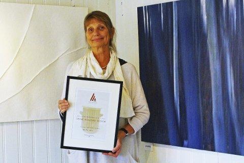 FIKK MINNEPRIS: Trine Kolstad Vegem er tildelt Dan Anviks Minnepris 2016. Prisen deles ut av Hurum Kunstlag. Her er hun med noen av sine arbeider på Kunst Rett Vest i Støa. FOTO: PER D. ZARING