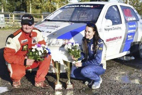 LÅNT SEIER: Lise-Marie Sandmo vant finaleløpet i NEZ Rallycross Championship 2016 i en lånt Skoda. Også Christian Sandmo vant finaleløpet i sin klasse. Foto: Innsendt