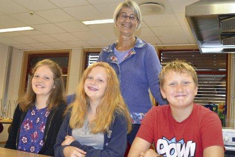 FORNØYD: Fra venstre Marte Haugen, Silje Emilie Bjørnstad og Fredrik O. Myhre er fornøyd med skolen sin. Det er rektor Nina Keiseraas Foss også.