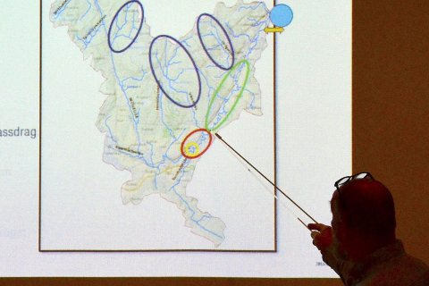 TILTAK: Kjetil Sandsbråten fra Sweco la fram en rekke forslag til tiltak for å hindre flom i Røyken, da flomplanen ble presentert for kommunestyret.