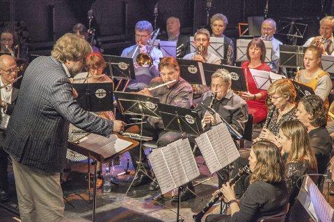 NYTT ÅR: Under kyndig lederskap fra dirigent Geir Arne Haugsrud ønsker Slemmestad Ungdomskorps godt nytt år med konsert lørdag.