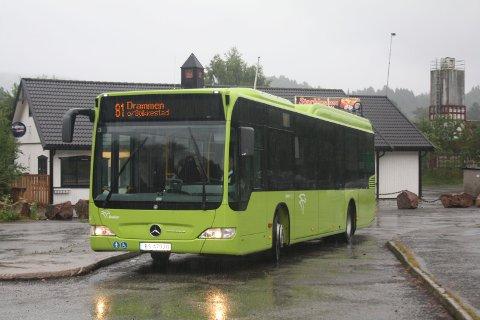 MÅTTE INNSTILLE: Som følge av uhellet der en trailer skled av veien og to biler kolliderte kom ikke bussene fram på fylkesvei 289 i morgenrushet. (Illustrasjonsfoto).