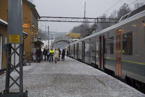 DOBLER: Bane NOR Eiendom dobler prisen fra 50 til 100 kroner for parkering med 30-dagersperiodekort på toget. Dagparkering økes fra 30 kroner til 40. – Vi øker parkeringsprisene for å frigjøre parkeringsplasser til dem som virkelig trenger å kjøre bil til stasjonen, sier direktør Stasjoner Knut Ø. Ruud Johansen i Bane NOR Eiendom.