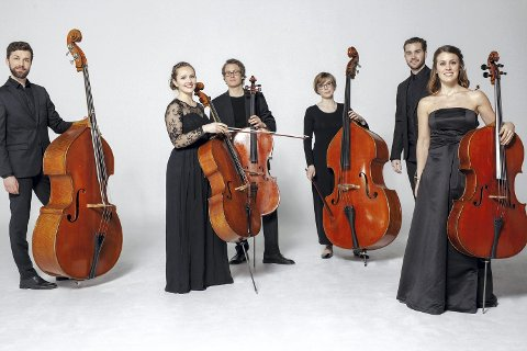 ORKESTERET: Ensemble Allegrias  med sin kunstneriske leder Maria Angelika Carlsen er kjent for  sitt lekne samspill og sin medrivende spilleglede og engasjement.