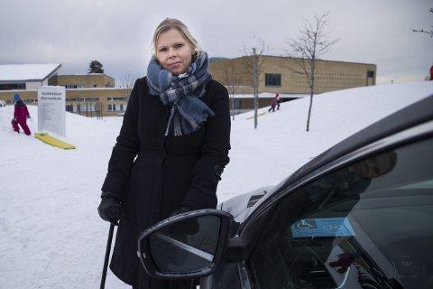 UFRIVILLIG LOVBRYTER: Bente Helene Gran etterlyser bedre parkeringsforhold for bevegelseshemmede ved skolene i Røyken, og spesielt Spikkestad.– Jeg vil jo bare være som andre mammaer og delta på det som skjer sammen med barna mine, sier hun, men klarer ikke gå den lange veien fra parkeringsplassen.