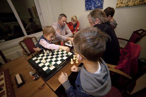 STOR GLEDE: Hurum Sjakklubb er i voldsom vekst etter å ha eksistert i bare noen få måneder. Engasjementet til Hurum-klubben blir lagt merke til over kommunegrensen, og nå kan unge og eldre sjakkspillere glede seg over helt nye sjakkbrett.Arkivfoto: Henning Jønholdt