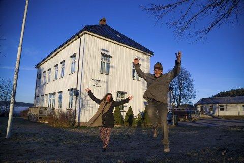 Jubelen har stilnet: Tidligere daglig leder for Oslofjorden Videregående Steinerskole, Hilde Maria N. Dias Sørensen, trakk seg fra ledervervet da det ikke lenger var håp om å starte opp skolen denne høsten. Her i gledesjubel sammen med Haakan Sundt da godkjenningen kom på plass i vinter.