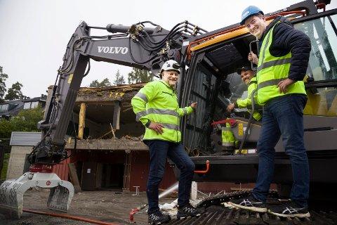 I RUTE: I følge Bjørn Bjelde og maskinfører Vidar Mauer er rivingsarbeidet på Sydskogen skole i rute. Noe prosjektleder Alf Kaare Stokker i REAS er godt fornøyd med.