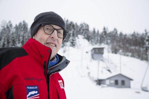 HOPPSKOLEKLAR: Hoppskolesjef og lidenskapelige hoppinteresserte Alfred Strøm står kar til å ta imot alle som vil bli med på gratis hoppskole som starter i Høvikbakken onsdag. – Det er bare å ta med vanlige ski og bli med. Det er gratis for barna å delta, sier han.