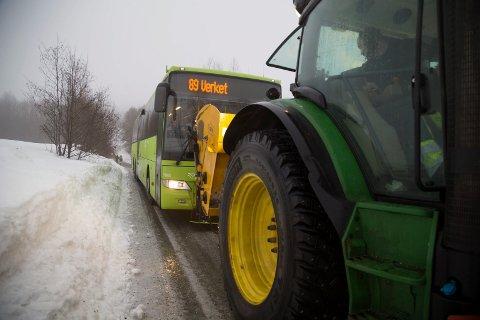 PÅ GLATTA: Brakars buss 89 satte seg fast i Mølleveien på Klokkarstua og måtte ha drahjelp. Bussen var uten kjetting, og veien var islagt.
