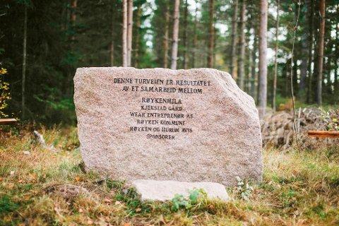 FLERE SPONSORER: Denne steinen  er satt opp som  et vitnesbyrd over bidragsyterne til den nye gruslagte veien i marka.