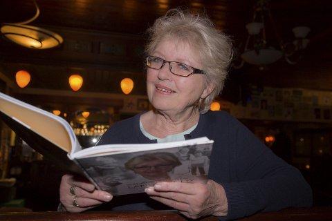 DRØMMEDAG: Wenche Johansen (78) fra Hallenskog har gitt ut sin aller første lyrikksamling i en alder av snart 80 år. – Det er helt fantastisk, sier den tidligere Ap-lederen i Røyken. Boka har fått tittelen Langs eit liv – dikt og bilete. Tirsdag blir hun bokbadet av tidligere ordfører i Røyken, Sigmund Hole, på The Pipes Bok & Bar i Slemmestad.