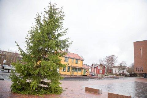 TORGÅPNING: Søndag skal den nye torget på Spikkestad ha sin offisielle åpning, selv om det har blitt tatt i bruk for lengst med vannspeil og det hele. Denne dagen tennes også lysene på julegrana.
