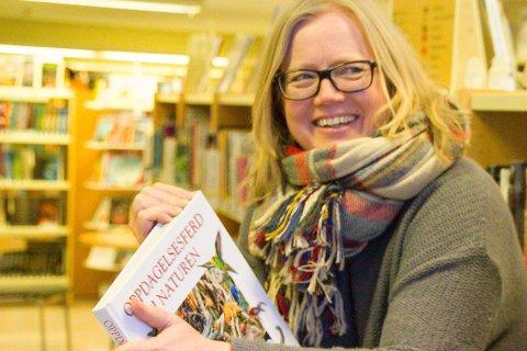 VIL AVANONYMISERE: Linda Solheim er en av tre bibliotekarer som ber inn til bokgilde på Slemmestad bibliotek for å gjøre anonyme bøker mer kjente for lånerne.