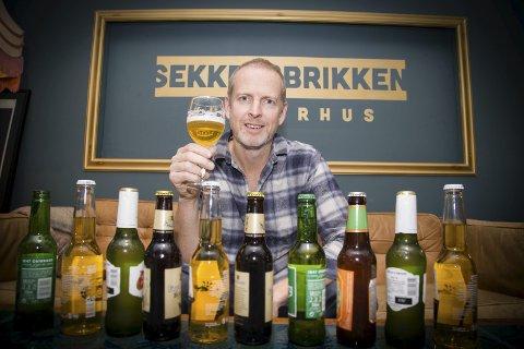SMAKSKVELD: Peter Albers ser fram til nok en ølsmakingskveld i Sekkefabrikken. Flaskene på bordet er fra en tidligere ølkveld.