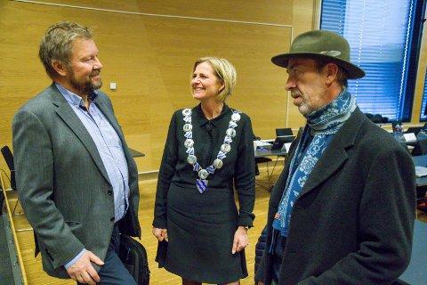 KOMPOST: Johan Remmen kan opplyse både ordfører Monica Vee Bratlie og MDG-representant Helge Haugen om at de som vil hjemmekompostere våtorganisk avfall får avslag i pris på renovasjon.