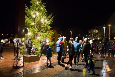 SPIKKESTAD: Julegrana lyste opp utenfor Teglen tidlig i desember. Torsdag kveld skal siste rest av jul markeres med juletrefest inne.
