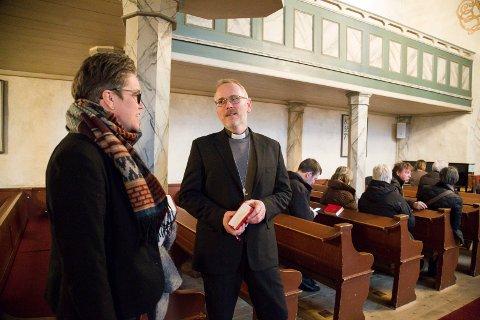HILSER: Soogneprest Marita Bjørke Ådland i Slemmestad hilser på varabiskop Kjetil Haga som er stand inn for biskop Per Arne Dahl.