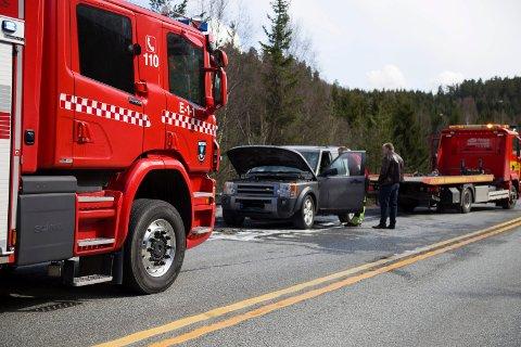 SLUKKET: Ingen personer kom tilskade da en bil begynte å brenne i fart på riskvei 23 fredag. Brannen ble raskt slukket, og veien ble åpen for fir ferdsel ved 14.30-tida.