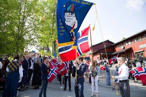 Frydenlund skole klar for årets 17. maitog fra Åros sentrum med skolekorps og seniorkorps.