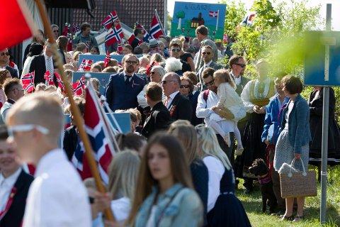 Frydenlund skole i 17. maitog fra Åros sentrum med skolekorps og seniorkorps i strålende sol i 2018.